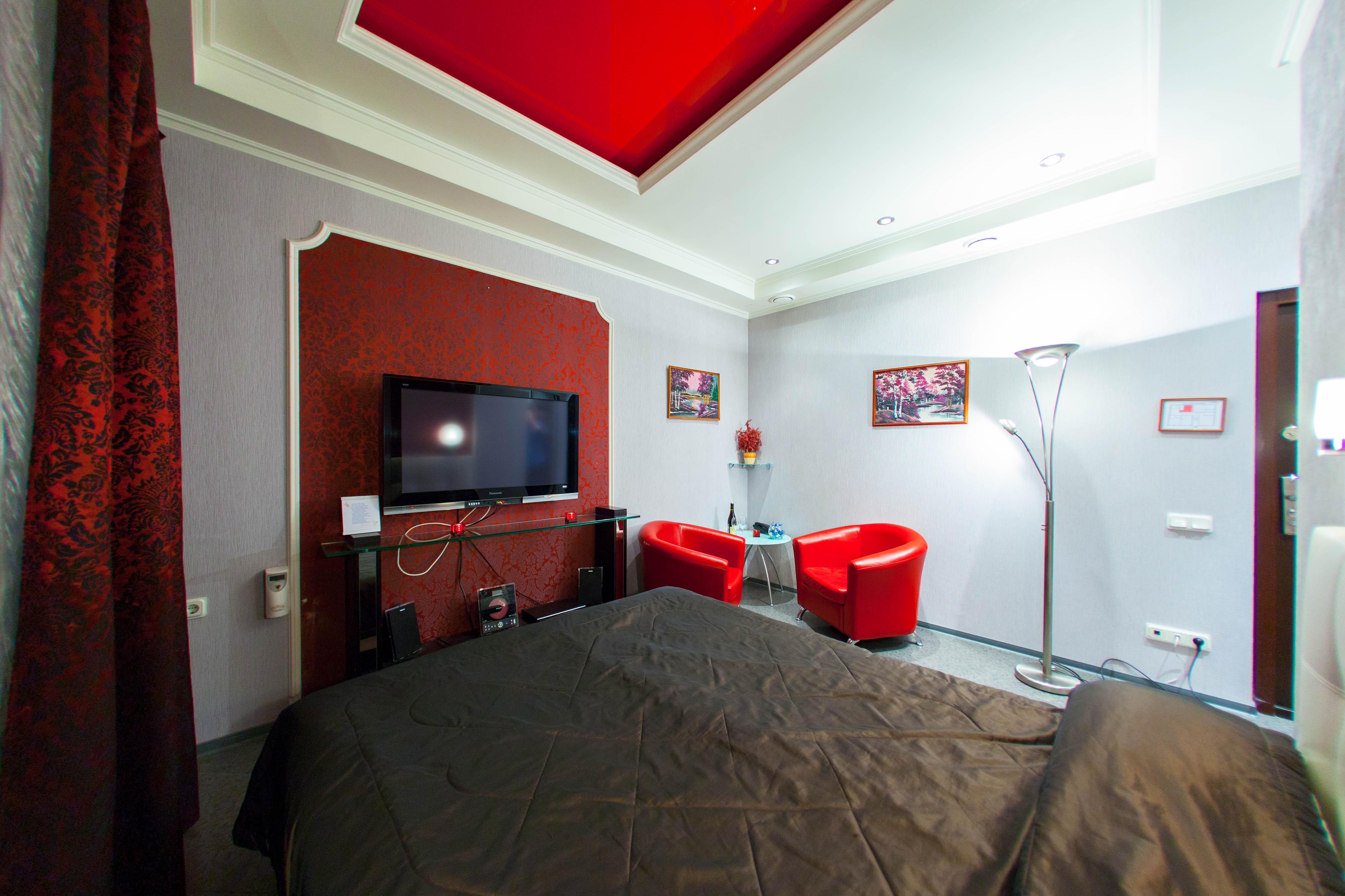 Гранатовая комната в отеле Премиум